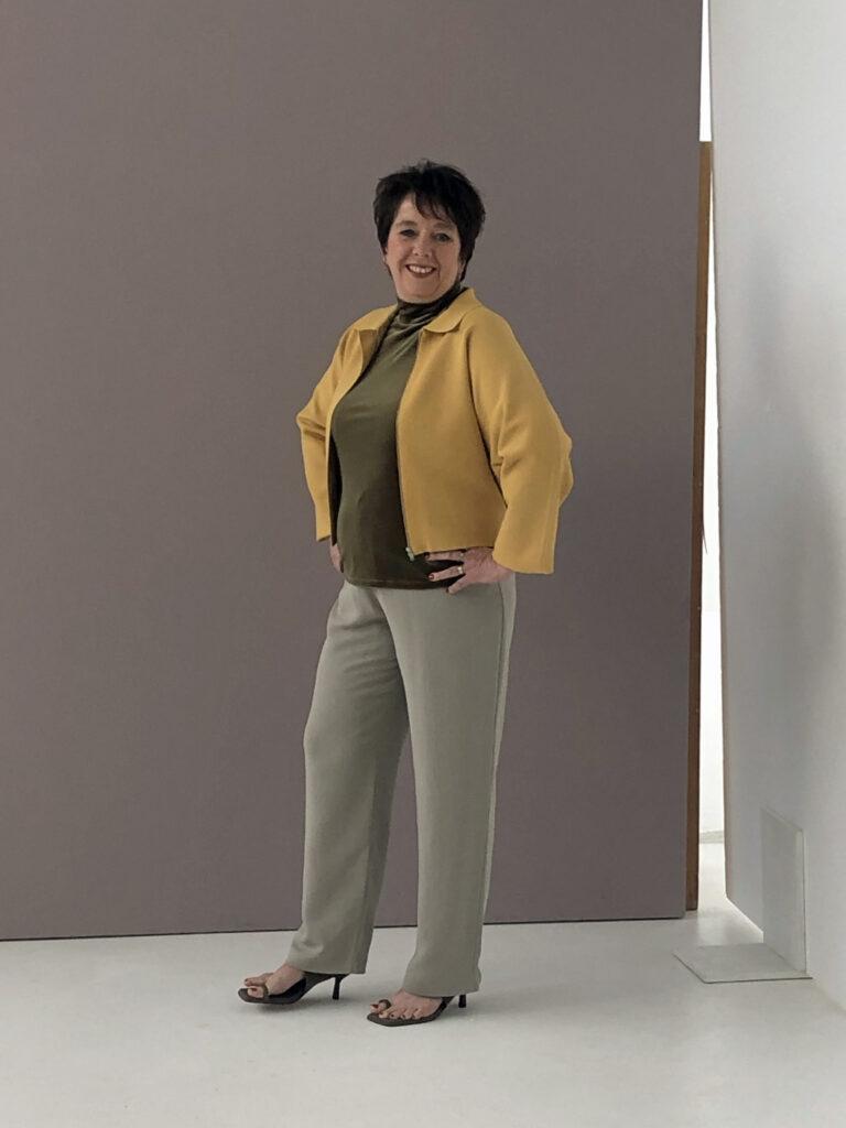 Monique van Loon (staand)